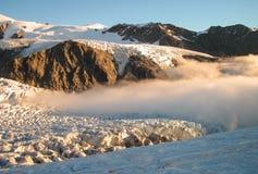 Baixas nuvens na geleira imagens de stock