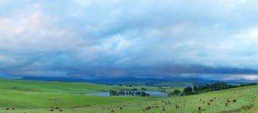 Baixas nuvens sobre as montanhas Fotos de Stock Royalty Free