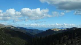 Baixas nuvens sobre a montanha de Kazila, Sichuan, China Fotografia de Stock