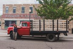 Baixio vermelho do leito de Winslow o Arizona com mulher imagem de stock