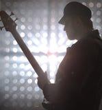 Baixista que joga a guitarra-baixo no fumo foto de stock royalty free