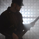 Baixista que joga a guitarra-baixo no fumo imagem de stock royalty free