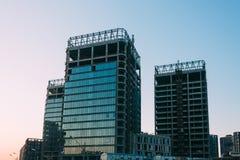 Baixo ângulo da construção inacabado em um fundo do céu azul no tempo do por do sol fotografia de stock royalty free