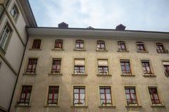 Baixo ângulo da parede bonita da construção residencial em Berna com o céu azul nebuloso fotos de stock royalty free