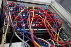 Baixo ângulo de fios tangled na sala do servidor na estação de televisão Fotos de Stock Royalty Free