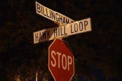 Baixo ângulo de um sinal de rua com uma opinião do close up Fotos de Stock