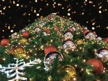 Baixo ângulo do close up ou vista inferior da árvore de Natal gigante com bokeh na noite no fundo preto foto de stock royalty free