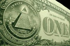 Baixo ângulo, profundidade rasa do tiro do campo da pirâmide, do grande selo, na parte de trás da nota de dólar dos E.U. fotografia de stock