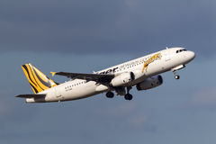 Baixo aeroporto internacional de partida de Tiger Airways Airbus A320-232 VH-VNH Melbourne da linha aérea do custo Imagem de Stock