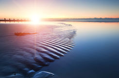 Nascer do sol vibrante da praia bonita da maré baixa Foto de Stock Royalty Free