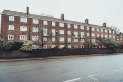 Baixo prédio de apartamentos do tijolo no dia nublado imagem de stock royalty free