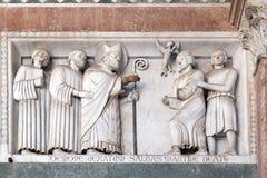 Baixo-relevo que representa as histórias de St Martin, catedral de St Martin em Lucca, Itália fotografia de stock