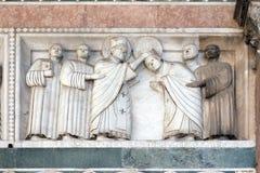 Baixo-relevo que representa as histórias de St Martin, catedral de St Martin em Lucca, Itália fotos de stock royalty free