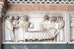 Baixo-relevo que representa as histórias de St Martin, catedral de St Martin em Lucca, Itália foto de stock