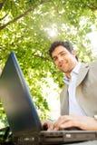 Homem de negócios com portátil. foto de stock
