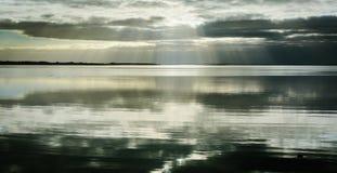 Baixo sol do inverno sobre a baía de Aarhus, Dinamarca Imagens de Stock Royalty Free