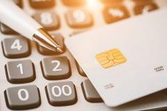 Baixo tiro macro chave com cartão de crédito Foto de Stock Royalty Free