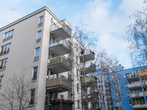 Baixos apartamentos da elevação na vizinhança residencial Imagem de Stock