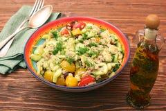 Baixos carburadores Tuna Avocado Salad na bacia de vidro imagem de stock