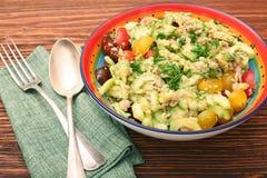 Baixos carburadores Tuna Avocado Salad na bacia de vidro imagem de stock royalty free