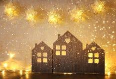 A baixos chave e sumário filtraram a imagem da decoração de madeira da casa do vintage na tabela de madeira e stars a festão Fotografia de Stock