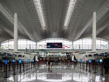 BAIYUN, ГУАНЧЖОУ, КИТАЙ - 10-ОЕ МАРТА 2019 - пустые линии регистрации во время периода временного затишья в аэропорте Baiyun, Гуа стоковое изображение