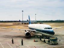 BAIYUN, GUANGZHOU, CHINA - 10 BRENG 2019 in de war - een een vliegtuig/vliegtuig van China Southern Airlines op het tarmac bij Ba stock afbeeldingen