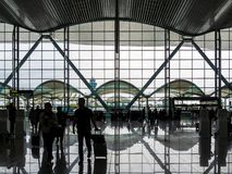 BAIYUN GUANGZHOU, KINA - 10 MARS 2019 – kontursikt av handelsresande som skriver in den internationella avvikelsekorridoren av Ba royaltyfri foto