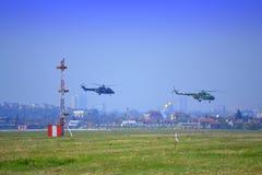 Baja altitud de los helicópteros militares Imagenes de archivo
