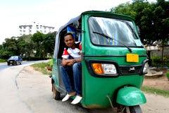 Bajaj-Fahrer in Tansania Lizenzfreie Stockbilder