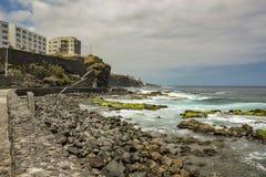 Bajamar海岸线  海浪和大圆的石头 加那利群岛,特内里费岛,西班牙 库存照片