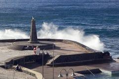 Bajamar Tenerife, November 2017: Stora vågor som bryter på det sh Arkivfoto