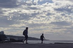 Bajamar Tenerife, November 2017: Turister observerar hur stor wav Royaltyfri Fotografi