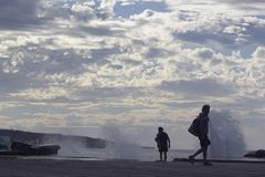 Bajamar Tenerife, November 2017: Turister observerar hur stor wav Arkivfoton