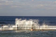Bajamar Tenerife, November 2017: Turister observerar hur stora vågor som bryter på kusten Royaltyfri Bild