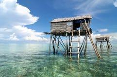 Bajau渔夫的木小屋 免版税库存图片