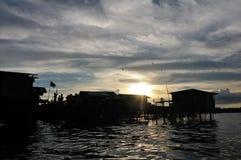 Bajau fiskares träsolnedgång för koja Royaltyfri Bild