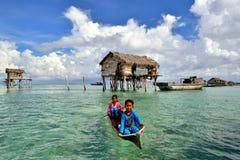 年轻bajau laut或Seagypsies在小船 库存照片