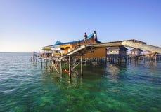 Bajau não identificado Laut caçoa em um barco na ilha de Maiga Fotografia de Stock Royalty Free