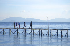 Bajau não identificado Laut caçoa em um barco na ilha de Maiga Fotos de Stock Royalty Free