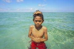 Bajau não identificado Laut caçoa em um barco na ilha de Maiga Imagens de Stock