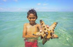Bajau não identificado Laut caçoa em um barco na ilha de Maiga Fotografia de Stock