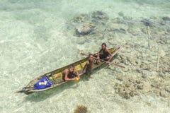 Bajau não identificado Laut caçoa em um barco na ilha de Maiga Imagens de Stock Royalty Free
