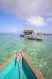 Bajau não identificado Laut caçoa em um barco na ilha de Maiga o 19 de novembro de 2015 Foto de Stock