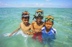 Bajau non identifié Laut badine sur un bateau en île de Maiga Photos libres de droits