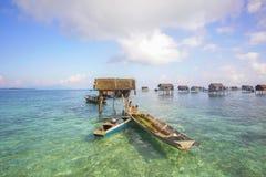 Bajau non identifié Laut badine sur un bateau en île de Maiga le 19 novembre 2015 Images stock