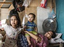 Bajau-Stammmutter, die außerhalb ihres Hauses mit ihrer Tochter und Sohn, Sabah Semporna, Malaysia schläft lizenzfreie stockfotografie