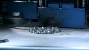 Baje abajo de la plataforma de la impresión con el objeto impreso en la impresora 3d para el metal almacen de metraje de vídeo