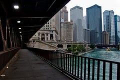 Baje el puente de la avenida de Michigan con la vista del río Chicago en el lazo céntrico de Chicago foto de archivo