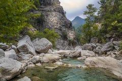 Baje la vista del río pedregoso de la montaña Imagen de archivo